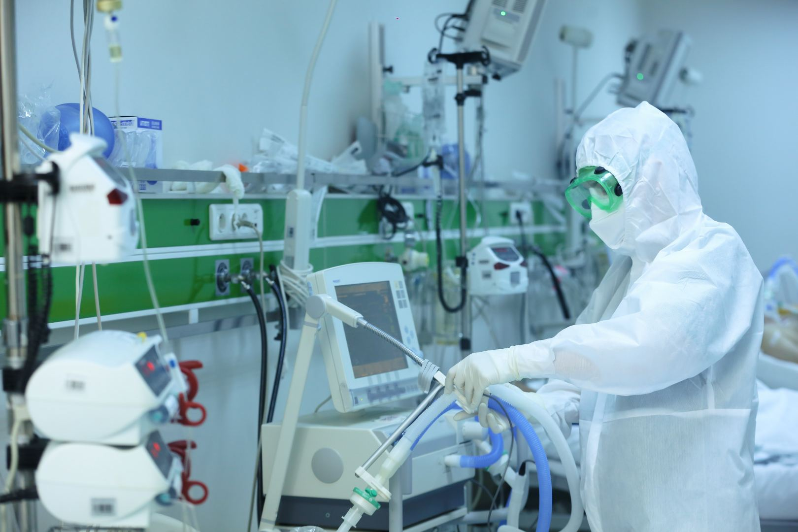 Koronavirusla bağlı bu şəxslərə 29.5 milyon manat müddətli əlavə və mükafat ödənilib