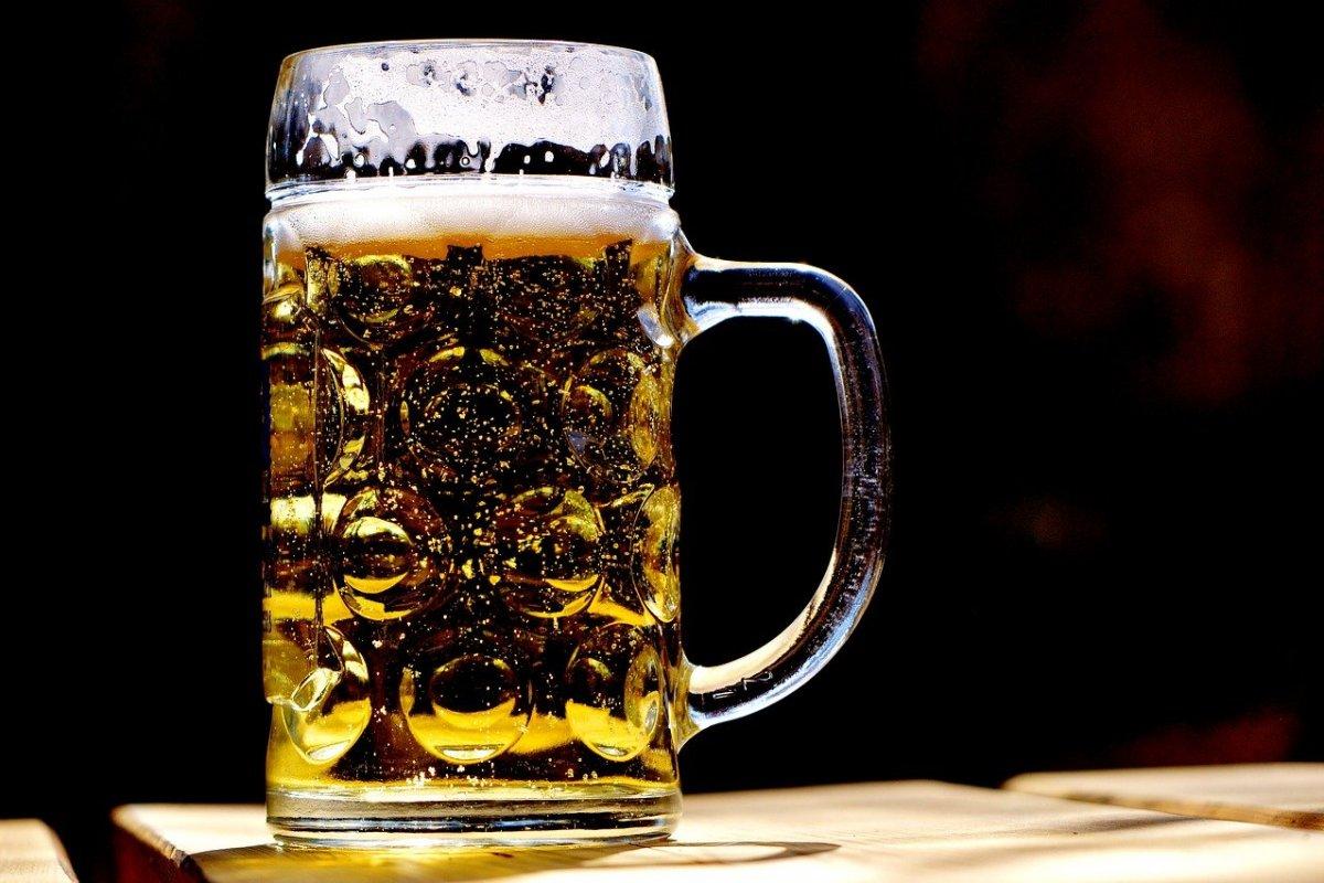COVID-19-a qarşı peyvənddən sonra alkoqol qəbul etsək nə baş verər? - Mikrobioloq AÇIQLADI