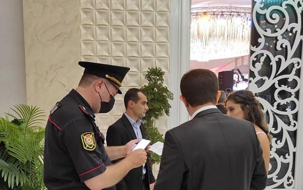 Bakıda polis COVID-19 pasportu olmayanları toya buraxmır